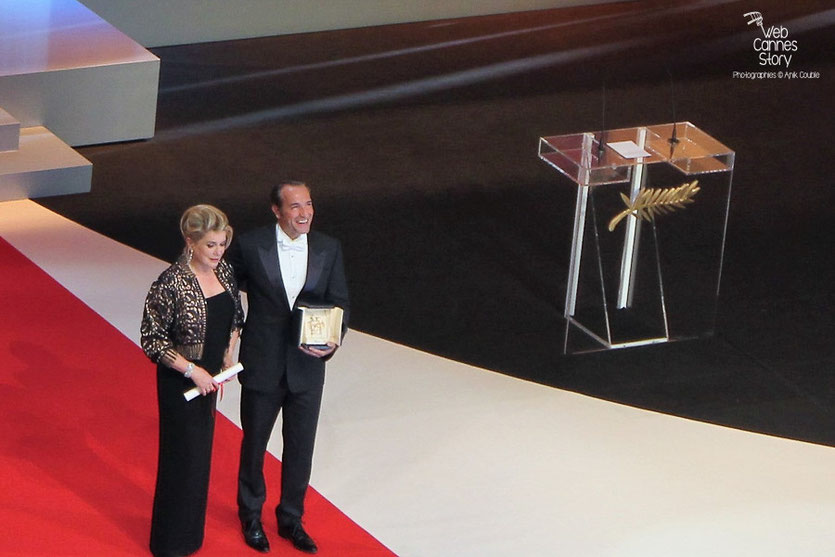 Catherine Deneuve et Jean Dujardin, Prix d'interprétation masculine - Festival de Cannes 2011  - Photo © Anik Couble