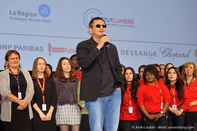 Wong Kar-Wai, sur la scène de la Halle Tony Garnier de Lyon, entouré des nombreux bénévoles - Clôture du Festival Lumière 2017 - Photo © Anik Couble