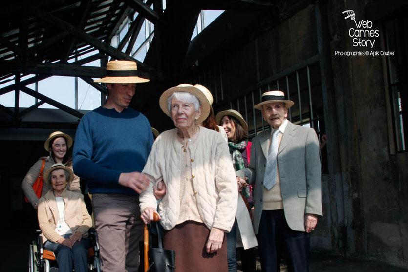 """Tournage du remake de """" Sortie d'Usine """" à l' Institut Lumière, pour célébrer les 120 ans du Cinéma, ici, les pensionnaires de la  maison de retraite de la Rotonde, dont un élégant centenaire, à droite - Lyon - 19 mars 2015 - Photo © Anik COUBLE"""