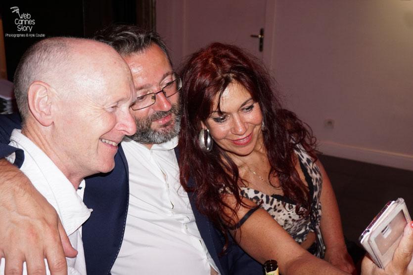 Petit selfie d'Esméralda Petit Benito,  en compagnie de Vincent Maraval,  distributeur (Wild Bunch) et Paul Laverty, scénariste de Ken Loach, lors de  la  soirée de Clôture à l'Hôtel 3.14 - Festival de Cannes 2016 - Photo © Anik Couble