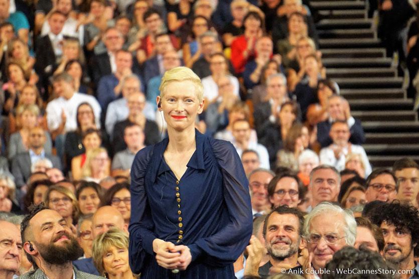 Tilda Swinton, au milieu du public, lors de la cérémonie d'ouverture du Festival Lumière 2017 - Lyon - Photo © Anik Couble