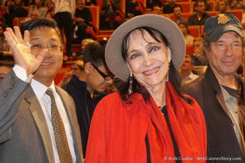 Arrivée d'Anna Karina, lumineuse, souriante et heureuse en compagnie de son mari, Dennis Berry, lors de la cérémonie  de remise du Prix Lumière à Wong Kar-wai - Festival Lumière 2017 - Lyon  - Photo © Anik Couble