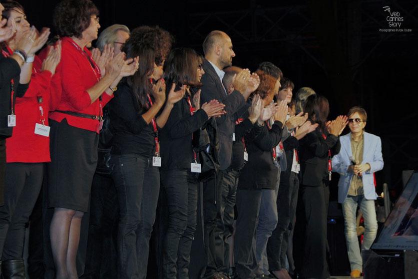 Michael Cimino, accueilli, sur scène, par tous les bénévoles - Festival Lumière 2012 - Lyon © Anik Couble