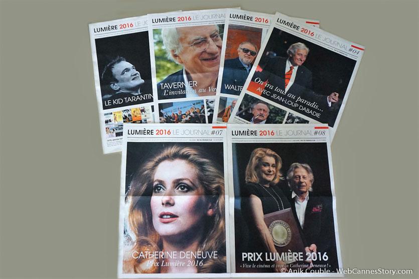 Quelques exemplaires du journal du festival,  en libre service,  au village du festival - Festival Lumière 2016 - Lyon - Photo © Anik Couble