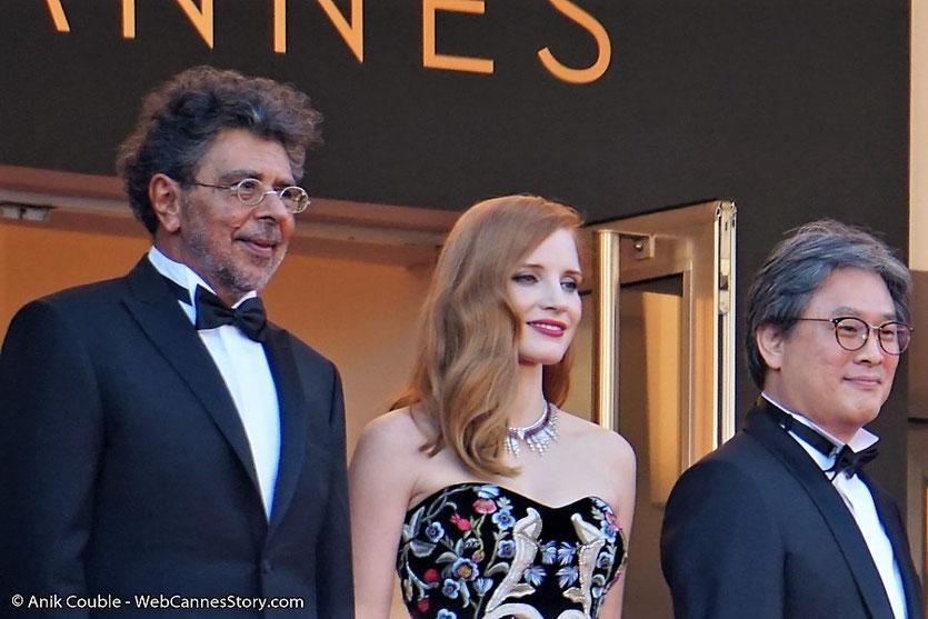 Gabriel Yared, Jessica Chastain, Park Chan-wook, membres du jury, en haut des marches du Palais, pour assister à la cérémonie d'ouverture du 70e Festival de Cannes - Festival de Cannes 2017 - Photo © Anik Couble
