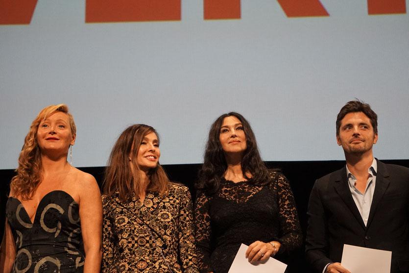 Anne Parillaud, entourée de  Julie Ferrier, Monica Bellucci et Raphaël Personnaz, sur scène, lors de la cérémonie d'ouverture du Festival Lumière 2018 - Lyon - Photo © Anik Couble