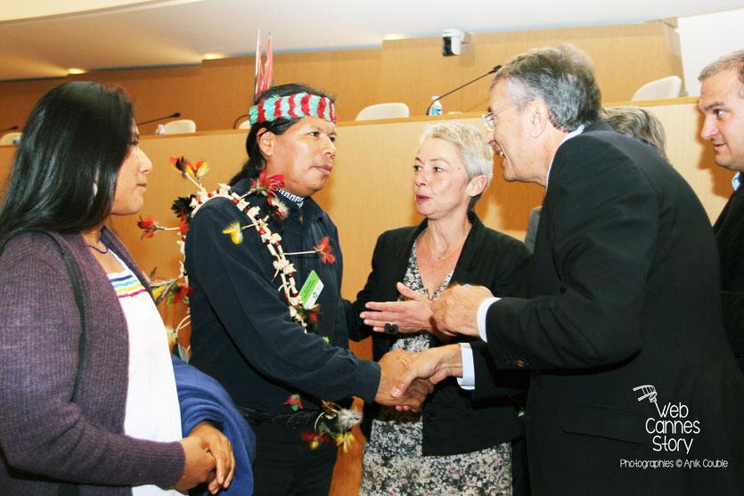 Jean-Jack Queyranne en conversation avec José Gualinga, représentant  la communauté Quechua Sarayaku en Equateur, lors de la conférence européenne des Régions pour le climat - Lyon - 0ctobre 2011 © Anik COUBLE