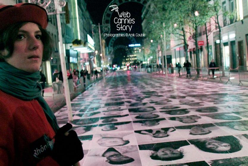 """Une bénévole du projet """"Inside Out"""" de l'Artiste JR - Lyon  Déc 2013 - Photo © Anik COUBLE"""