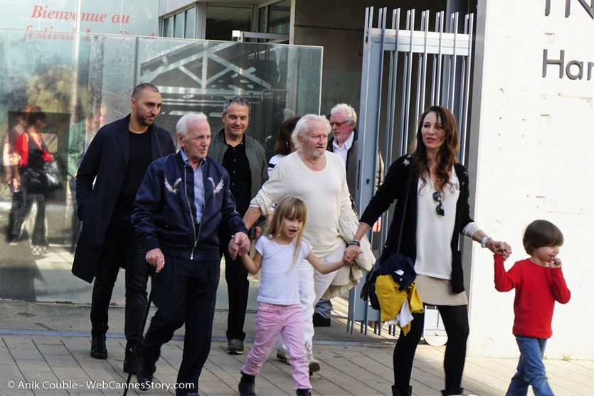 Charles Aznavour, accompagnant les 2 enfants de Niels Arestrup et de sa femme Isabelle, lors du tournage, du remake de la Sortie des Usines Lumière, dirigé par Wong Kar-wai - Festival Lumière 2017 -  Lyon - Photo © Anik Couble