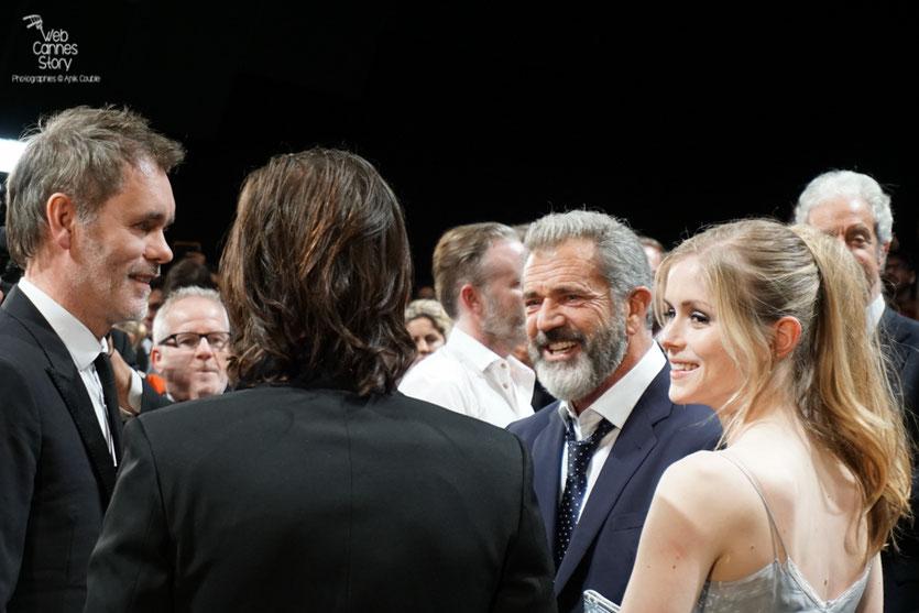 """Jean-François Richet,  entouré de Diego Luna, Erin Moriarty et Mel Gibson à la projection de son  film """"Blood Father"""" - Festival de Cannes 2016 - Photo © Anik Couble"""