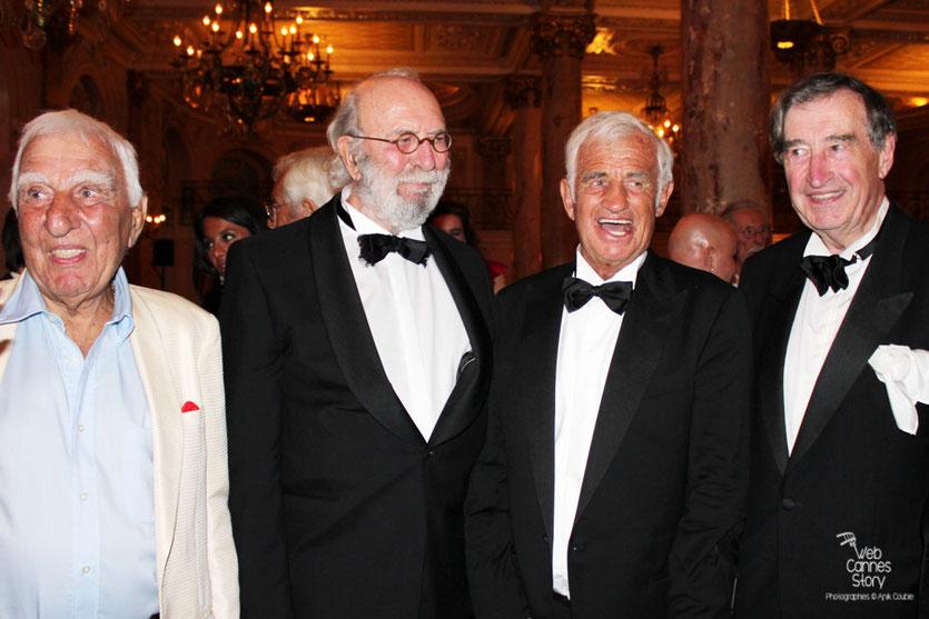Jean-Paul Belmondo, en compagnie de ses amis, Charles Gerard, Jean-Pierre Marielle et Pierre Vernier, lors du dîner donné en son honneur, au Carlton - Festival de Cannes 2011 - Photo © Anik Couble