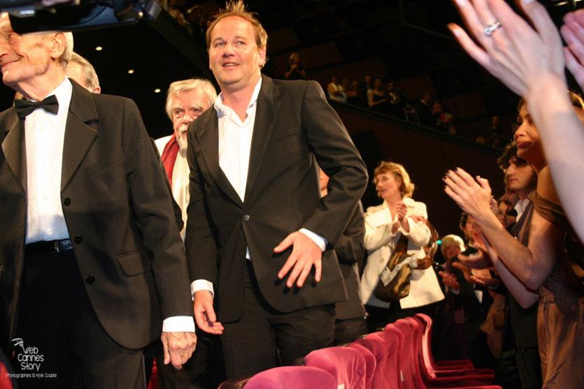 """Xavier Beauvoix, entouré de ses acteurs, lors de la projection de son film """"Des hommes et de dieux """" - Festival de Cannes 2010 - Photo © Anik Couble"""