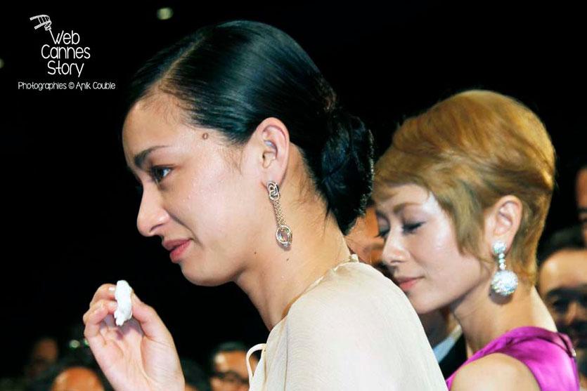 """Machiko Ono, en larmes et Shogen Hwang, actrices du film japonais """"Tel père, tel fils""""   de Kore-Eda Hirokazu - Festival de Cannes 2013 - Photo © Anik COUBLE"""