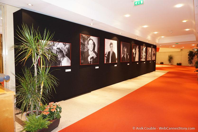Devant l'exposition de l'Ina, installée au Palais des Festivals, pour célébrer, les 70 ans du Festival de Cannes - Festival de Cannes 2017 - Photo © Anik Couble