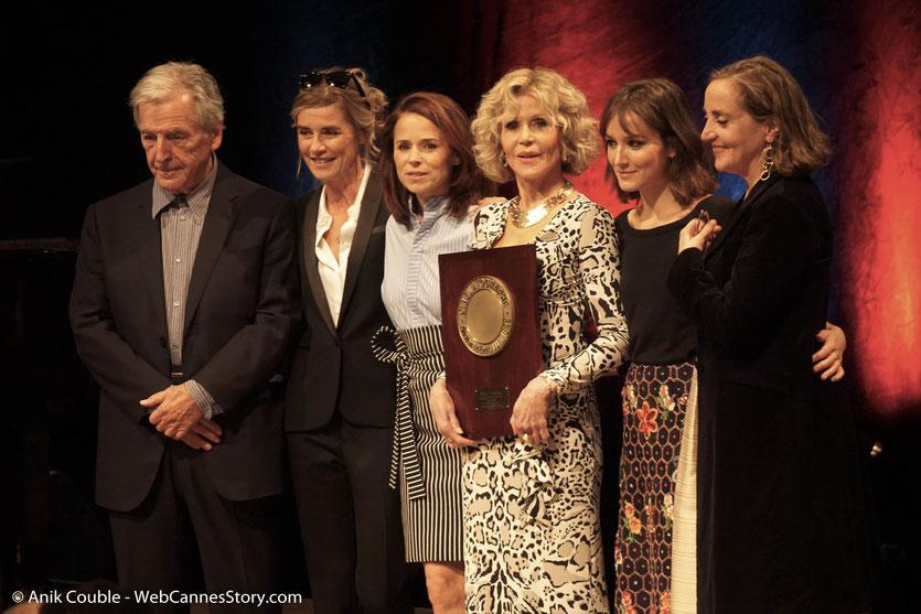 Jane Fonda, entourée de Costa Gavras et des actrices qui lui ont rendu hommage, Anne Consigny, Suzanne Clément, Anaïs Demoustier et Dominique Blanc, lors de la Cérémonie de Remise du Prix Lumière - Festival Lumière 2018 - Lyon - Photo © Anik Couble