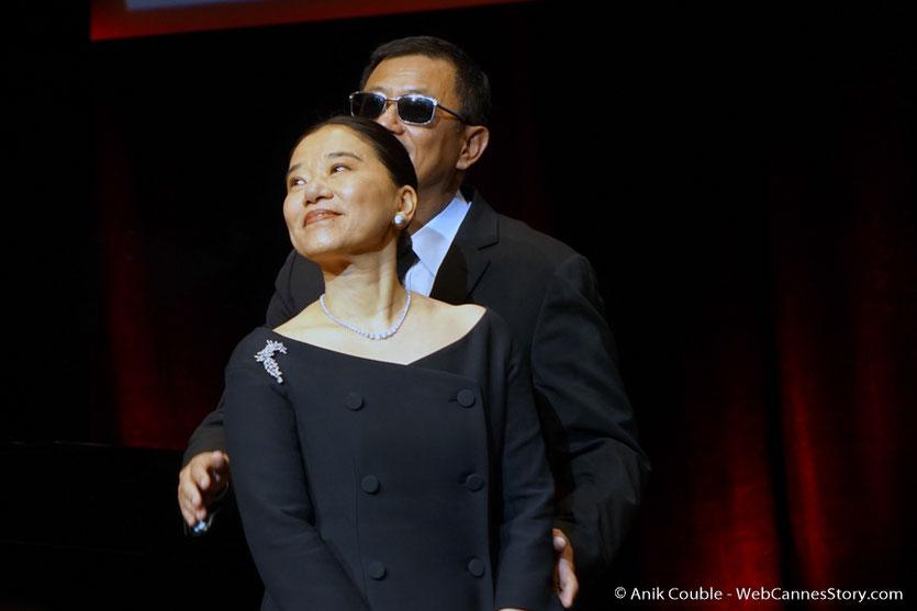Wong Kar-wai et sa femme Esther, à laquelle, il a dédié son Prix Lumière - Cérémonie de Remise du Prix Lumière à Wong Kar-wai - Festival Lumière 2017 - Lyon - Photo © Anik Couble
