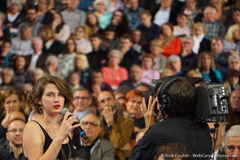 Une jeune étudiante de la Cinefabrique, parmi les nombreux invités de la Halle Tony Garnier - Cérémonie d'ouverture - Festival Lumière 2016 - Lyon - Photo © Anik Couble