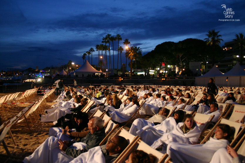 "L'ambiance au cinéma de la plage, lors de la projection du documentaire "" The Two Escobars ""  de Jeff et Michael Zimbalist - Festival de Cannes 2010 - Photo © Anik Couble"