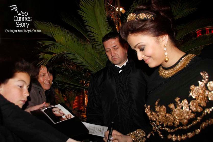 Aishwarya Rai, actrice indienne, égérie de L'Oréal Paris, en séance d'autographes - Festival de Cannes 2013 - Photo © Anik COUBLE