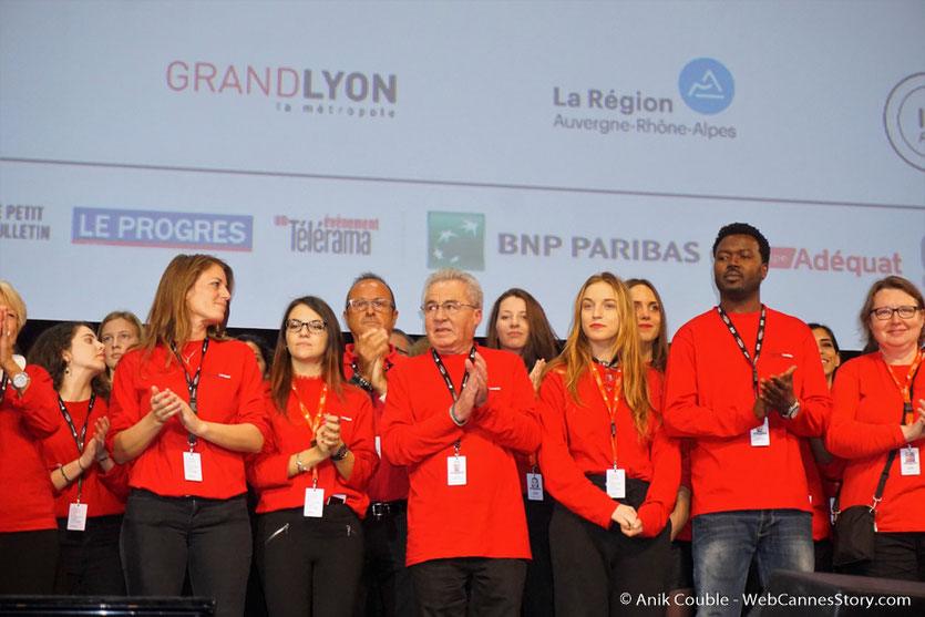 Les bénévoles, sur la scène de la Halle Tony Garnier - Clôture du Festival Lumière 2017 à  Lyon - Photo © Anik Couble