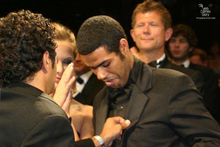 """Jamel Debbouze et son frère Rachid, lors de la projection du film """"Hors la loi""""  de Rachid Bouchareb - Festival de Cannes 2010 - Photo © Anik Couble"""