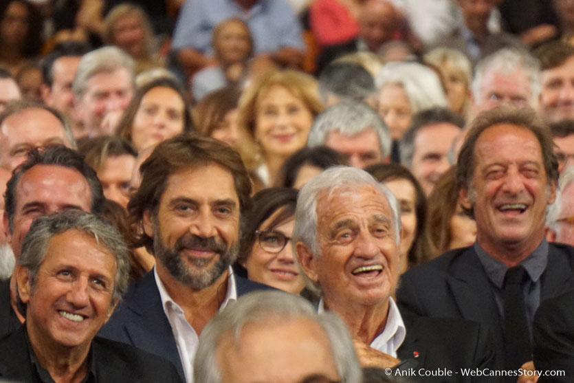 Jean-Paul Belmondo, entouré de Richard Anconina, Monica Bellucci et Jean Dujardin, lors de la cérémonie d'ouverture du Festival Lumière 2018 - Lyon - Photo © Anik Couble