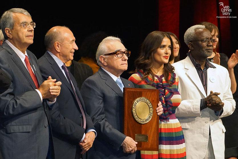 Martin Scorsese entouré de Salma Hayek, Souleymane Cissé, Gérard Collomb etJ ean-Jack Queyranne - Remise du Prix Lumière - Festival Lumière - Lyon - Oct 2015 - Photo © Anik COUBLE