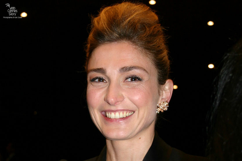 "Julie Gayet, dans le public, lors de la projection du film "" La Princesse de Montpensier ""  de Bertrand Tavernier - Festival de Cannes 2010 - Photo © Anik Couble"
