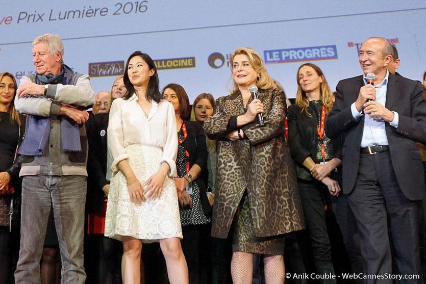 Catherine Deneuve, entourée de Linh-Dan Pham, Régis Wargnier et Gérard Collomb, lors de la cérémonie de Clôture du Festival Lumière 2016  - Halle Tony Garnier de Lyon - Photo © Anik Couble