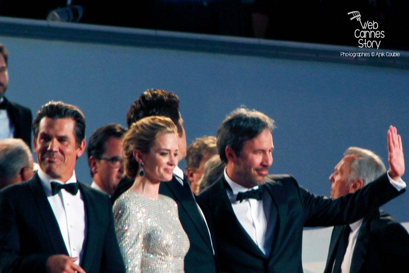 """Josh Brolin, Emily Blunt, Benicio Del Toro et Denis Villeneuve, sur les marches pour la projection du film """"Sicario"""" de Denis Villeneuve - Festival de Cannes 2015 - Photo © Anik COUBLE"""