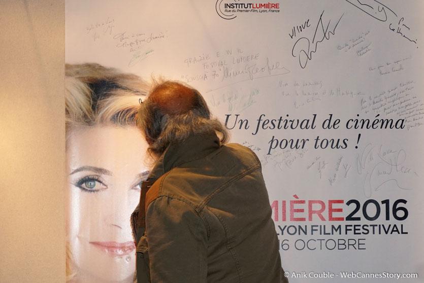 """Jerry Schatzberg, signant l'affiche du Festival Lumière, à la sortie de  """"La Grande Emission"""" de Radio Lumière - Festival Lumière 2016 - Lyon - Photo © Anik Couble"""