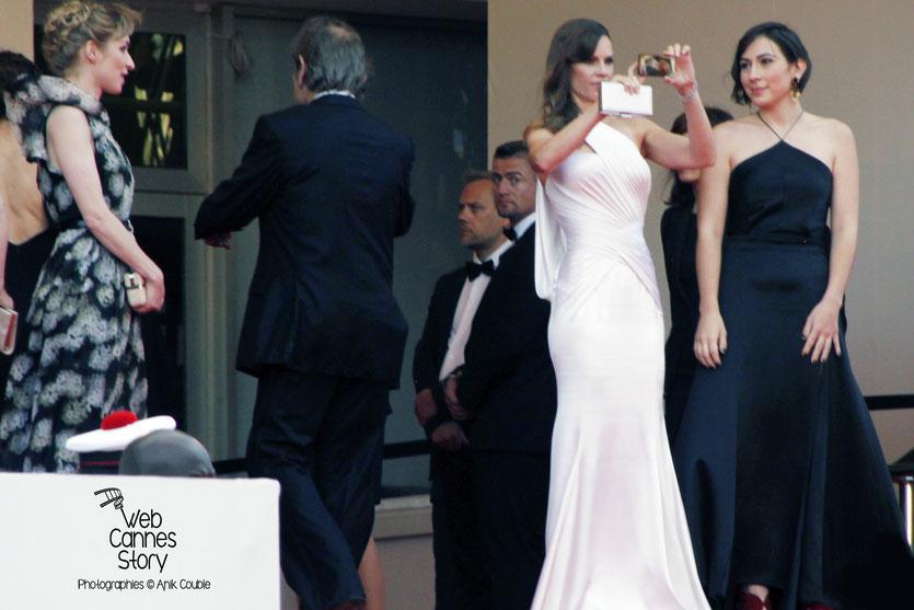 Au centre, Hilary Swank, photographiant la foule,  lors de la présentation du film «The Homesman», réalisé par Tommy Lee Jones - Festival de Cannes 2014 - Photo © Anik COUBLE