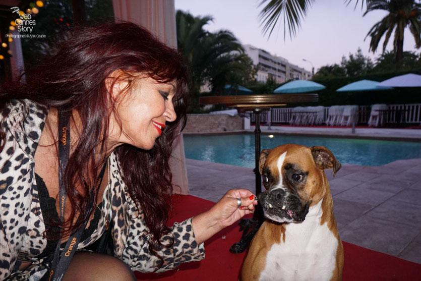 Esmeralda Petit Benito, à la VillaRatapoil, en compagnie de Philo, la superbe et attachante chienne de Jérôme Aubert - Festival de Cannes 2016 - Photo © Anik Couble