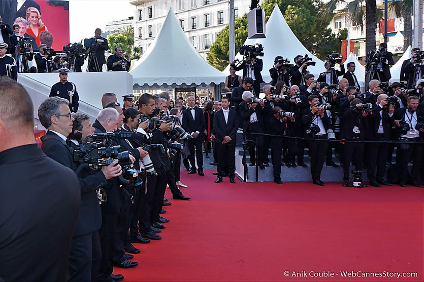 Les photographes, en place sur le tapis rouge, pour photographier les nombreux invités de la cérémonie des 70 ans du Festival de Cannes - Festival de Cannes 2017 - Photo © Anik Couble