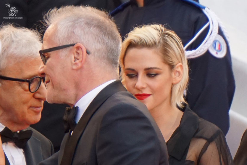 "Woody Allen, en compagnie de Kirsten Stewart et Thierry Fremaux, sur les marches avant la projection de son film ""Café Society- Festival de Cannes 2016 - Photo © Anik Couble"