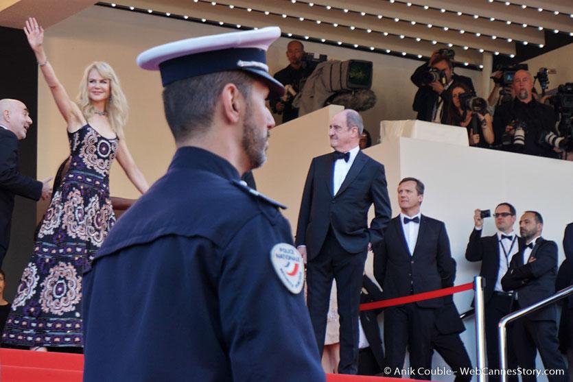 Nicole Kidman, saluant le public, avant d'assister à la cérémonie des 70 ans du Festival de Cannes - Festival de Cannes 2017 - Photo © Anik Couble