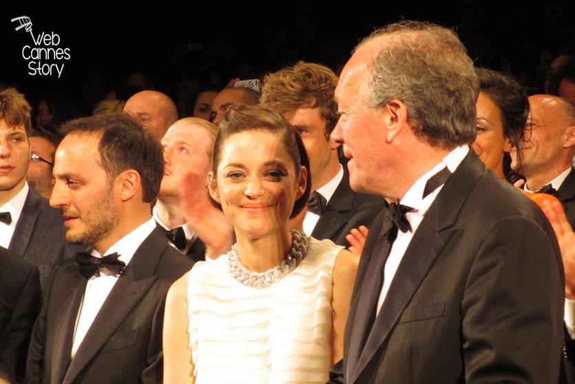 Marion Cotillard, entourée de Luc Dardenne et Fabrizio Rongione, lors de la présentation du film «Deux jours, une nuit» - Festival de Cannes 2014 - Photo © Raymond HAIK