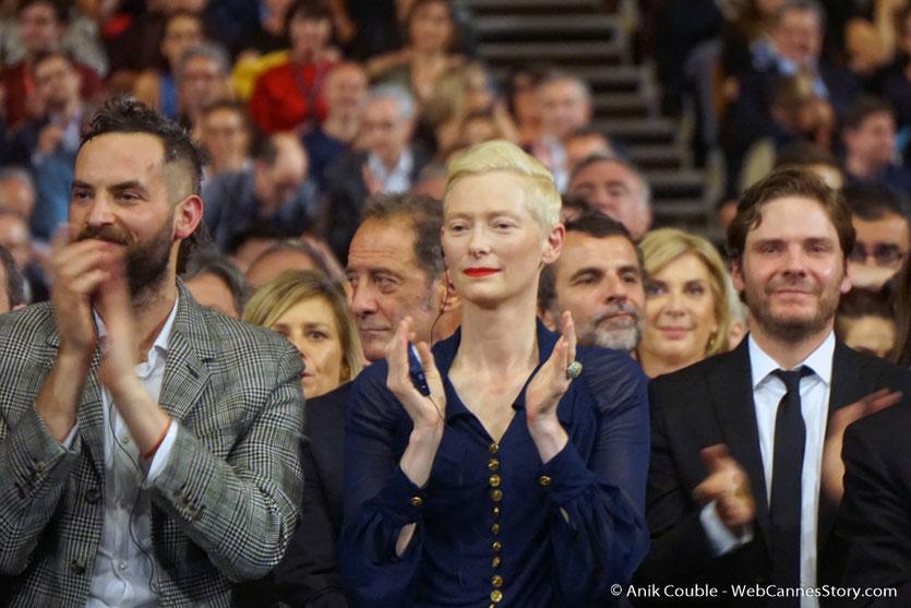 Tilda Swinton et son compagnon Sandro Kopp, ainsi que Daniel Brühl,  applaudissant Bertrand Tavernier, lors de la cérémonie d'ouverture du Festival Lumière 2017 - Lyon - Photo © Anik Couble