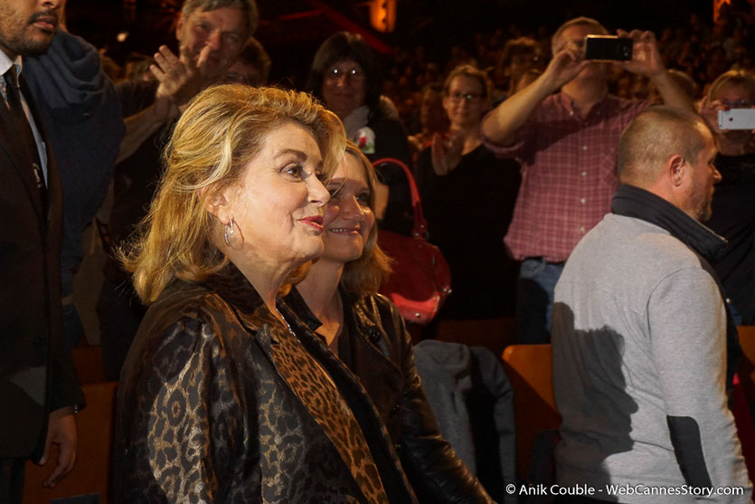 Catherine Deneuve, au milieu du public, lors de la cérémonie de Clôture du Festival Lumière 2016  - Halle Tony Garnier de Lyon - Photo © Anik Couble
