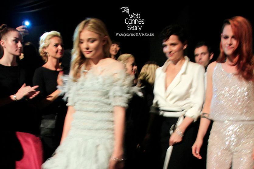 Kristen Stewart, entourée de  Chloë Moretz  et Juliette Binoche, lors de la présentation du film «Sils Maria» d'Olivier Assayas - Festival de Cannes 2014 - Photo © Anik COUBLE