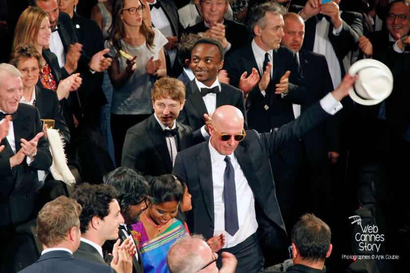 Jacques Audiard, entouré de ses acteurs, lors de la projection de son film « Dheepan » - Festival de Cannes 2015 - Photo © Anik COUBLE