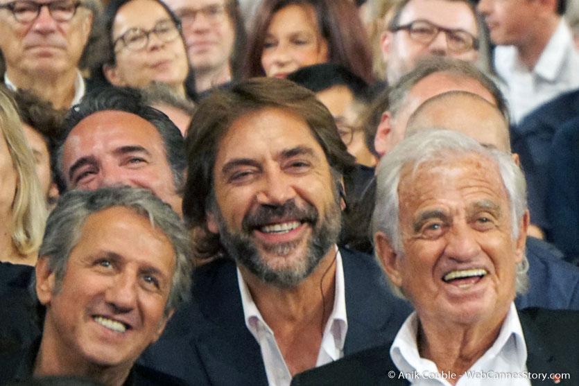 Javier Bardem, entouré de Jean-Paul Belmondo et Richard Anconina, lors de la cérémonie d'ouverture du Festival Lumière 2018 - Lyon - Photo © Anik Couble