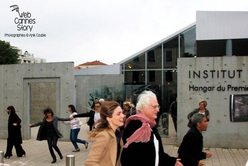 Remake de la sortie des usines Lumière avec, au 1er plan, Julie Gayet, Bertrand Tavernier et Rachid Bouchareb - Festival Lumière - Lyon - Octobre 2013 - Photo © Anik COUBLE