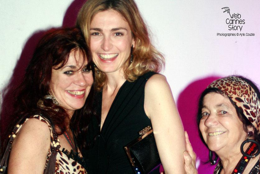 Pascaline Benito et Esméralda Petit-Benito, les célèbres femmes panthères, en compagnie de Julie Gayet - Festival de Cannes 2009 - Photo © Anik Couble