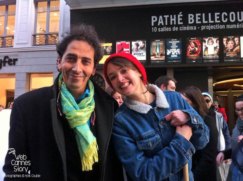 """Charlotte Le Bon et Farid L'Haoua, photographe de la marche de 1983, lors de l'Installation artistique """"Inside Out"""" de l'Artiste JR - Lyon Déc 2013 - Photo © Anik COUBLE"""
