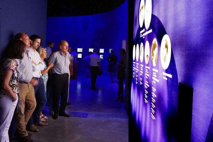Max Lefrancq-Lumière, petit-fils de Louis Lumière, entouré de sa famille, devant l'arbre généalogique de leurs illustres aïeux, lors du vernissage de l'exposition Lumière ! Le cinéma inventé - Musée des Confluences - Lyon - juin 2017 - Photo © Anik Couble