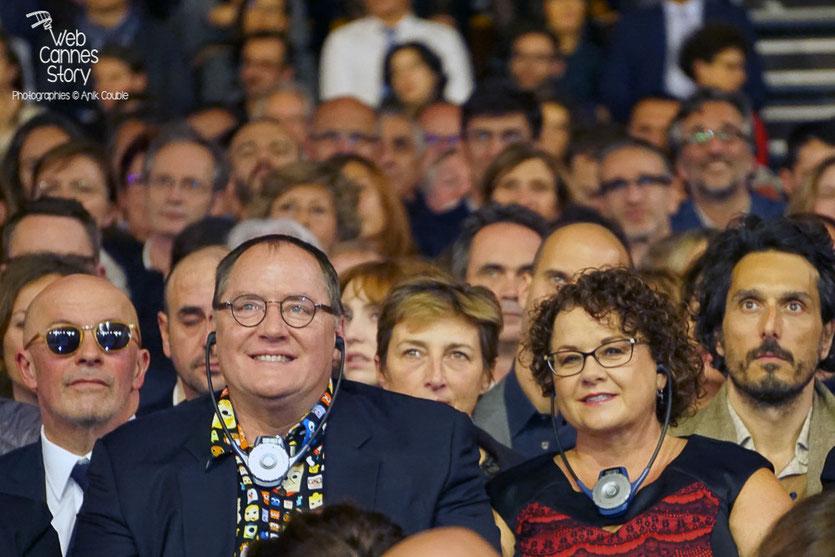 John Lasseter et son épouse, entourés de Jack Audiard et Vincent Elbaz, lors de la cérémonie d'ouverture du Festival Lumière 2015  - Lyon - Photo © Anik COUBLE