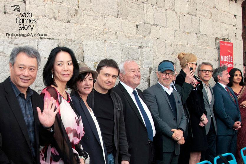 Ang Lee, Naomi Kawase, Lynne Ramsay, Cristian Mungiu, Bernard Brochand, Maire de Cannes et Steven Spielberg, Président du Jury  - Festival de Cannes 2013 - Photo © Anik COUBLE