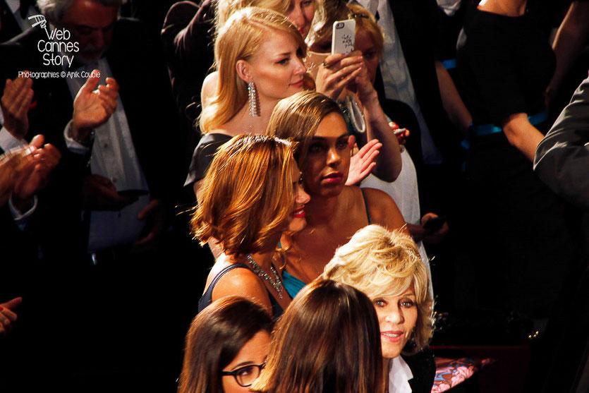 """Jane Fonda et Emma Stone, lors la projection du film """"Sea of trees"""" de Gus Van Sant - Festival de Cannes 2015 - Photo © Anik COUBLE"""