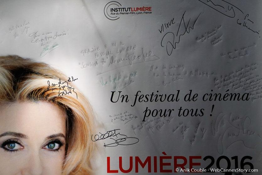L'affiche du Festival Lumière, signées par tous les invités de  Radio Lumière - Festival Lumière 2016 - Lyon - Photo © Anik Couble